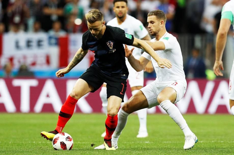 Ivan Rakitic é marcado por Jordan Henderson, durante partida entre Inglaterra e Croácia, válida pelas semifinais da Copa do Mundo - 11/07/2018