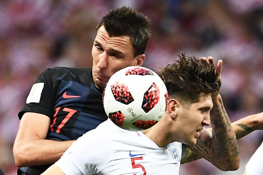 Mario Mandzukic (esq) disputa bola com John Stones (dir), durante partida entre Inglaterra e Croácia, válida pelas semifinais da Copa do Mundo - 11/07/2018
