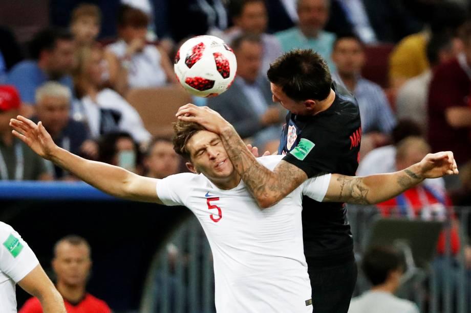 Mario Mandzukic disputa bola com John Stones, durante partida entre Inglaterra e Croácia, válida pelas semifinais da Copa do Mundo - 11/07/2018