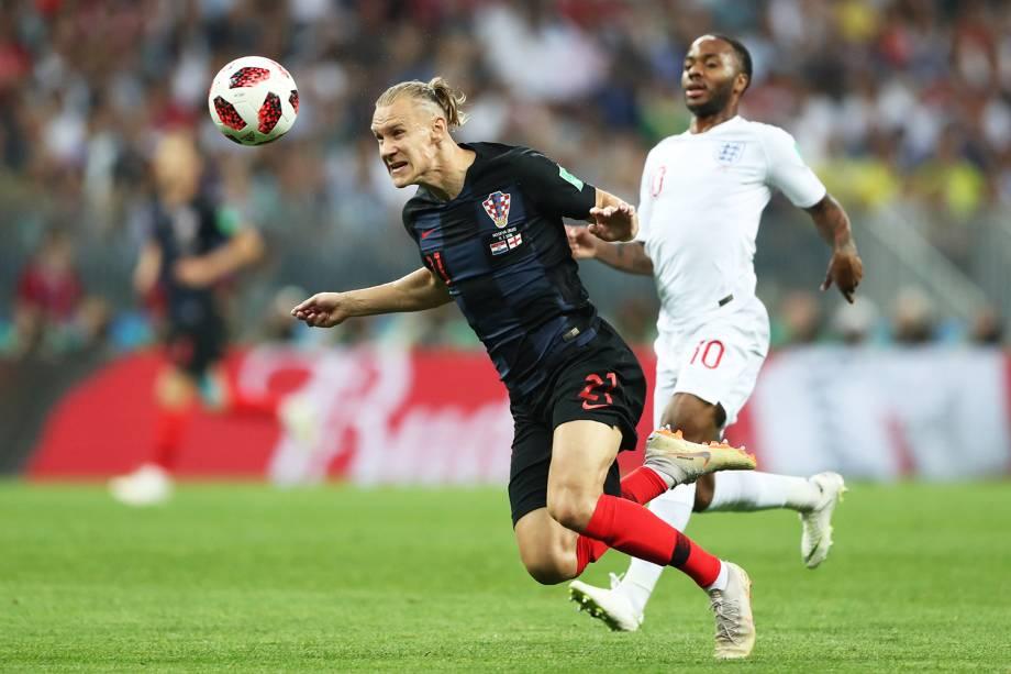 Domagoj Vida disputa bola com Raheem Sterling, durante partida entre Inglaterra e Croácia, válida pelas semifinais da Copa do Mundo - 11/07/2018