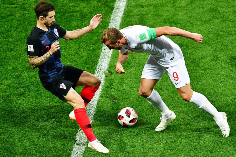 Sime Vrsaljko (esq) disputa bola com Harry Kane durante partida entre Inglaterra e Croácia - 11/07/2018