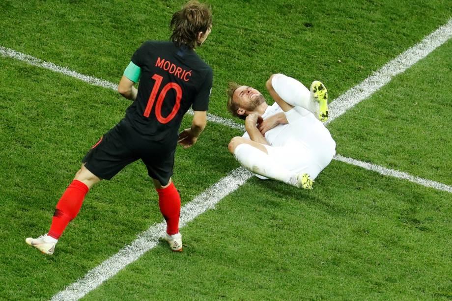 Harry Kane é derrubado por Luka Modric, durante partida entre Inglaterra e Croácia, válida pelas semifinais da Copa do Mundo - 11/07/2018