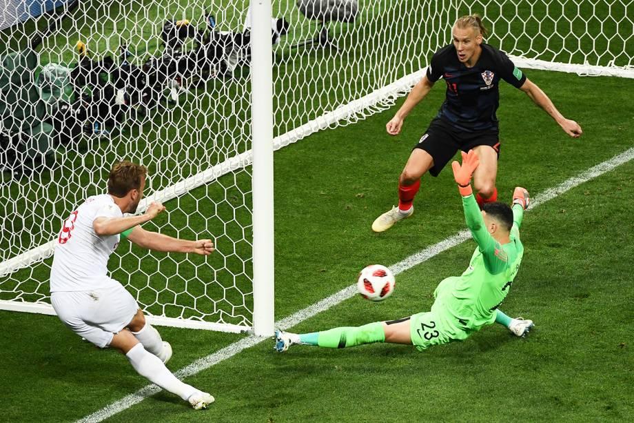 Harry Kane finaliza contra o gol de  Danijel Subasic, goleiro da Croácia - 11/07/2018