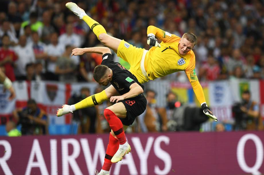 O goleiro inglês Jordan Pickford disputa jogada com Ante Rebic, durante partida válida pelas semifinais da Copa do Mundo  - 11/07/2018