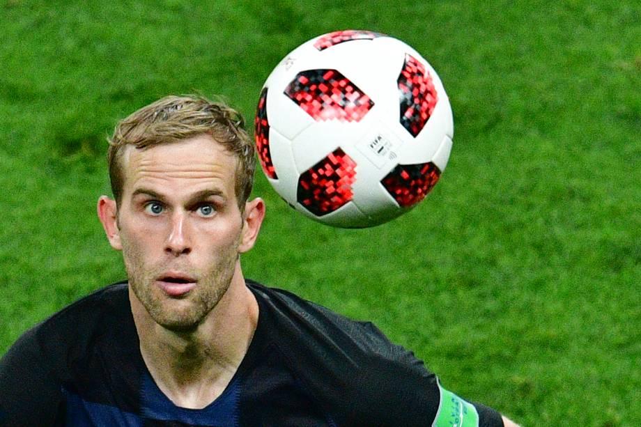 Ivan Strinic, da Croácia, observa bola durante partida contra a Inglaterra, válida pelas semifinais da Copa do Mundo - 11/07/2018