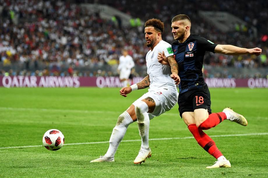 Kyle Walker, da Inglaterra, disputa bola com Ante Rebic, da Croácia, durante partida válida pelas semifinais da Copa do Mundo  - 11/07/2018