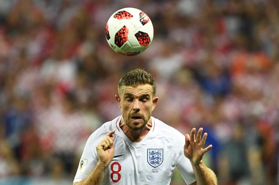Jordan Henderson cabeceia bola durante partida entre Inglaterra e Croácia, válida pelas semifinais da Copa do Mundo - 11/07/2018