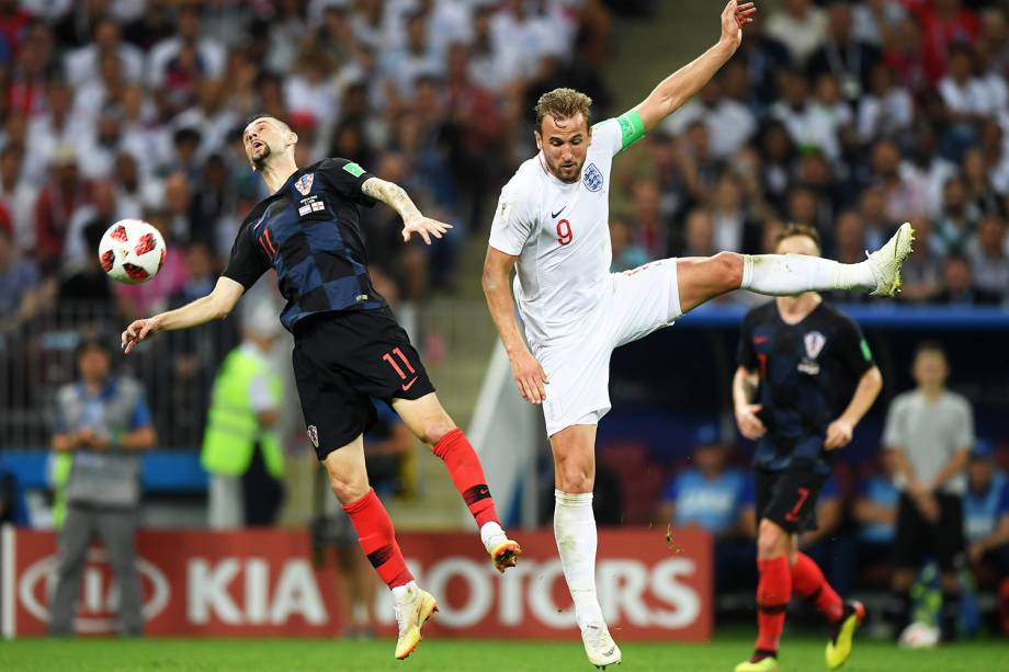 Marcelo Brozovic, da Croácia, disputa bola com Harry Kane, da Inglaterra, durante partida válida pelas semifinais da Copa do Mundo - 11/07/2018