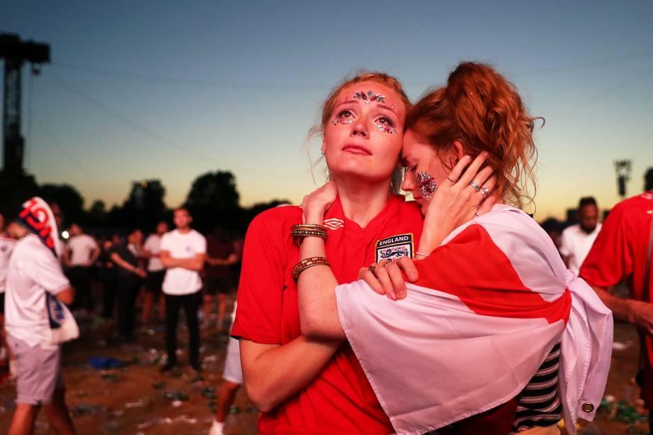 Torcedoras inglesas lamentam após o time britânico ser eliminado da Copa do Mundo, diante da Croácia - 11/07/2018