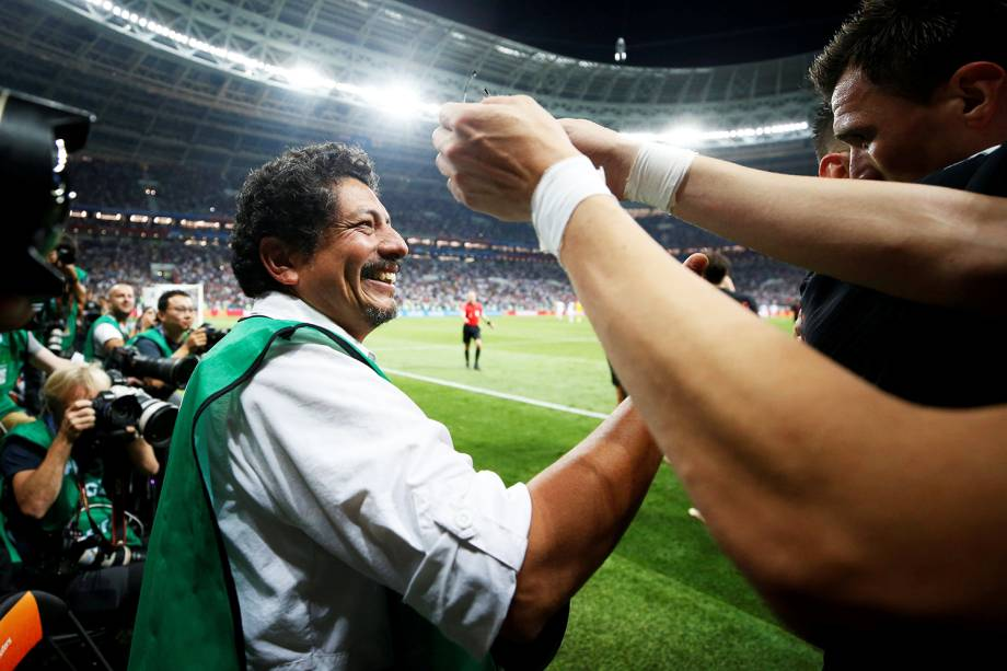 O atacante croata Mario Mandzukic oferece ajuda ao fotógrafo Yuri Cortez, após o jogador derrubá-lo durante a comemoração do gol - 11/07/2018