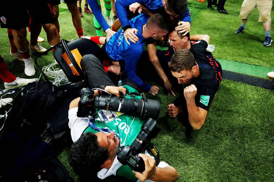 Jogadores comemoram próximos do fotógrafo Yuri Cortez, após o segundo gol da Croácia contra a Inglaterra na prorrogação, em partida válida pelas semifinais do Mundial - 11/07/2018