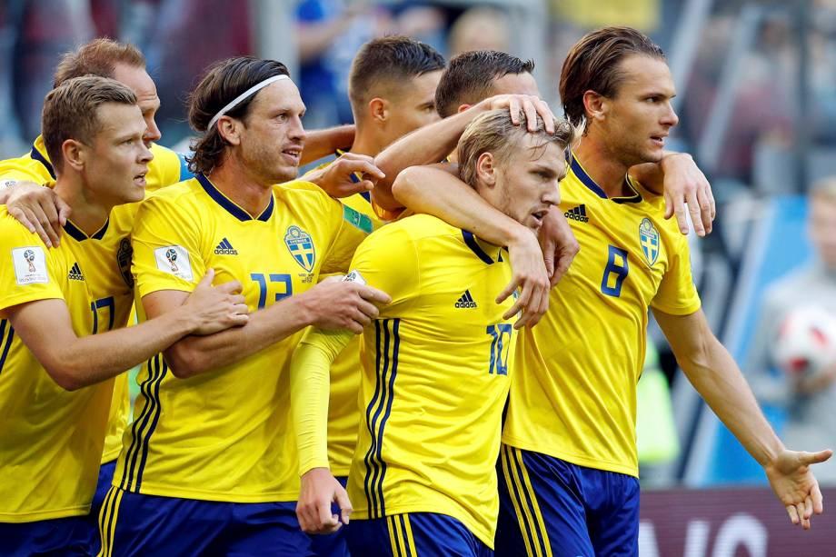 Companheiros de time abraçam o sueco Emil Forsberg, após marcar o gol da vitória sobre a Suíça, no estádio São Petesgburgo - 03/07/2018