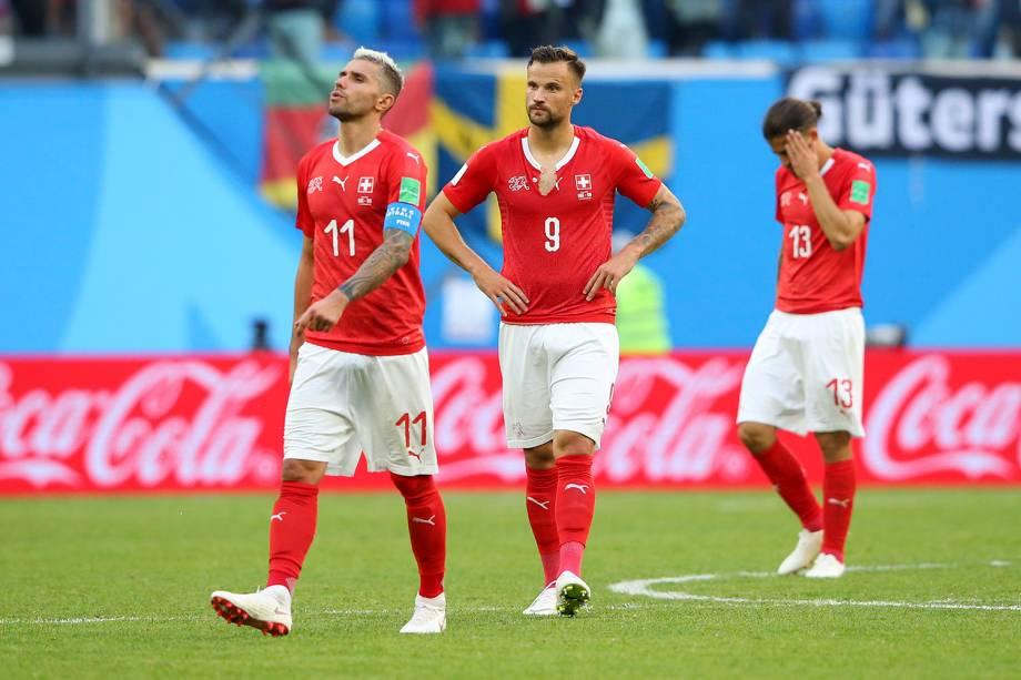 Valon Behrami, Haris Seferovic e Ricardo Rodriguez, da Suíça, lamentam após a derrota para a Suécia nas oitavas de final - 03/07/2018