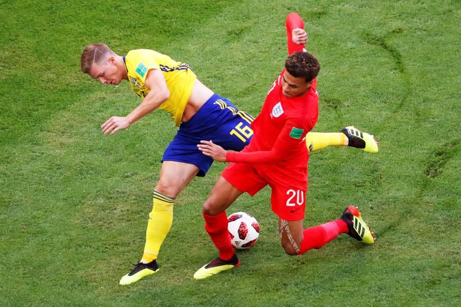 Disputa de bola entre Emil Krafth, da Suécia, e Dele Alli, da Inglaterra, durante partida válida pelas quartas de final da Copa do Mundo, realizada na Arena Samara - 07/07/2018