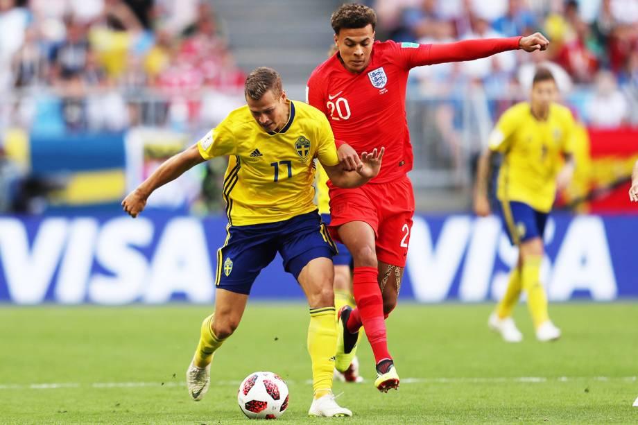 Dele Alli disputa bola com Viktor Claesson, durante partida entre Suécia e Inglaterra, válida pelas quartas de final da Copa do Mundo - 07/07/2018