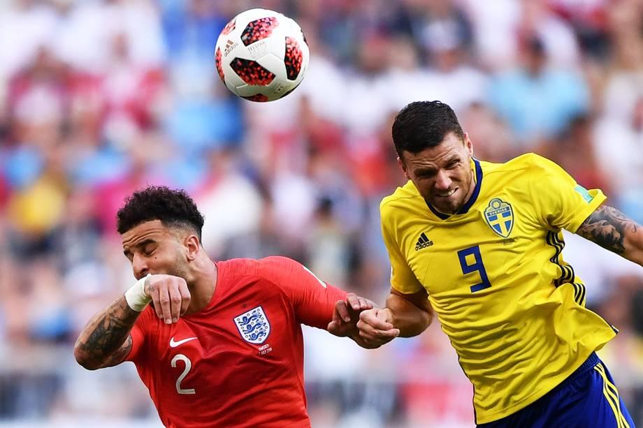 Kyle Walker (esq) disputa bola com Marcus Berg (dir), durante partida entre Suécia e Inglaterra, válida pelas quartas de final da Copa do Mundo, realizada na Arena Samara - 07/07/2018