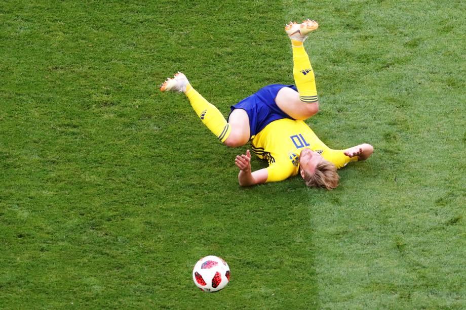 Emil Forsberg cai após disputa de bola, durante partida entre Suécia e Inglaterra - 07/07/2018