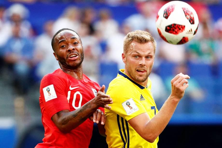 Raheem Sterling (esq), disputa bola com Sebastian Larsson(dir), durante partida entre Suécia e Inglaterra, válida pelas quartas de final da Copa do Mundo - 07/07/2018