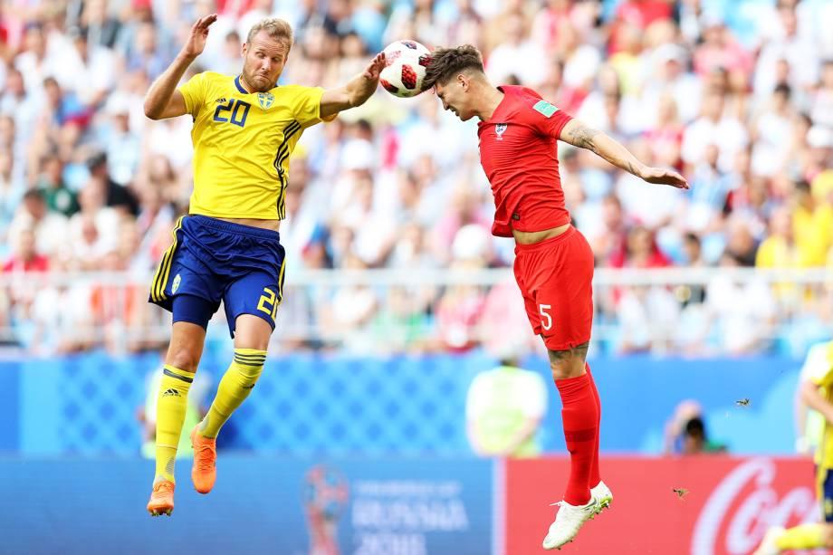 John Stones (dir), disputa bola com Ola Toivonen (esq), durante partida entre Suécia e Inglaterra - 07/07/2018