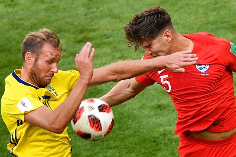 Viktor Claesson (esq), disputa bola com John Stones (esq), durante partida entre Suécia e Inglaterra - 07/07/2018