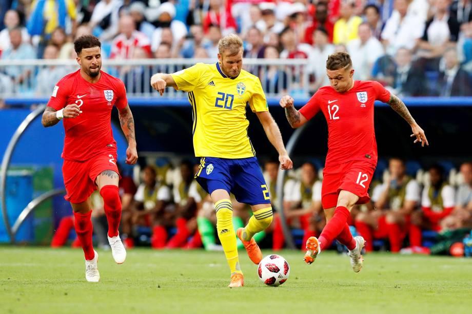 Ola Toivonen, da Suécia, é marcado pelos ingleses Kieran Trippier and Kyle Walker - 07/07/2018