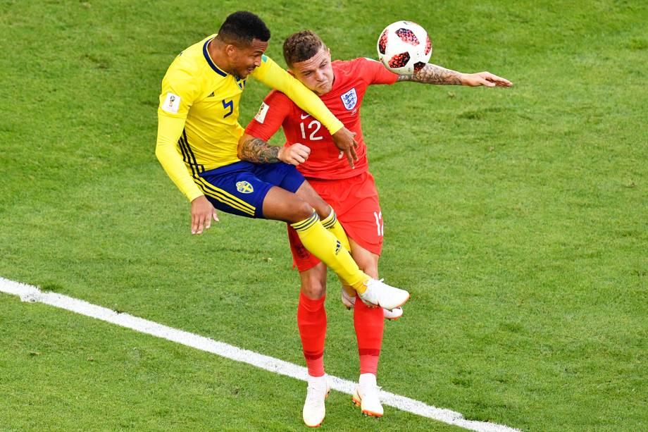 Martin Olsson (esq), disputa bola com Kieran Trippier (dir), durante partida entre Suécia e Inglaterra, válida pelas quartas de final da Copa do Mundo - 07/07/2018