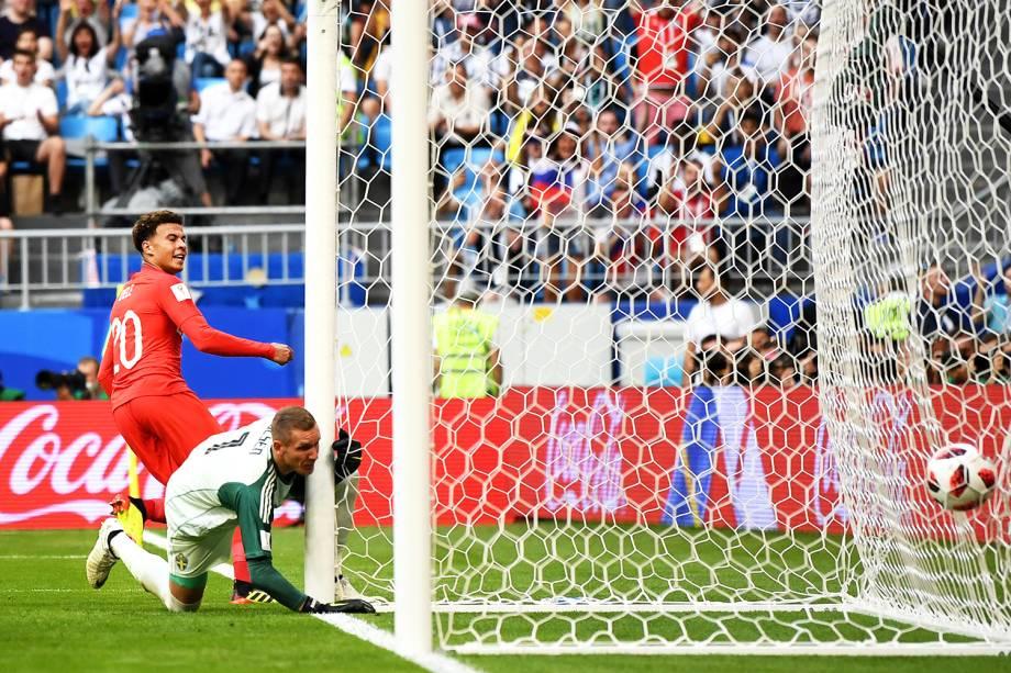 Dele Alli marca o segundo gol da Inglaterra, durante partida contra a Suécia - 07/07/2018