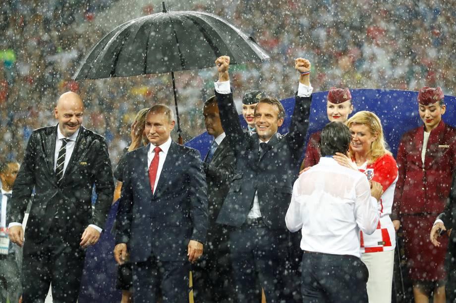 Putin recebe guarda chuva primeiro, Infantino, Macron e Kolinda ficam encharcados durante premiação da final da Copa do Mundo