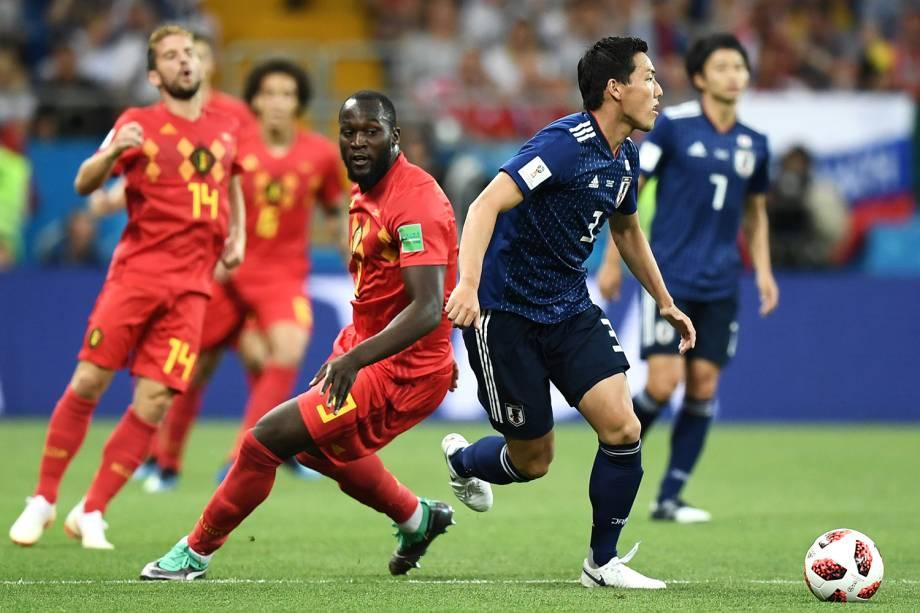 Gen Shoji do Japão corre com a bola após vencer disputa de posse contra Romelu Lukaku da Bélgica - 02/07/2018