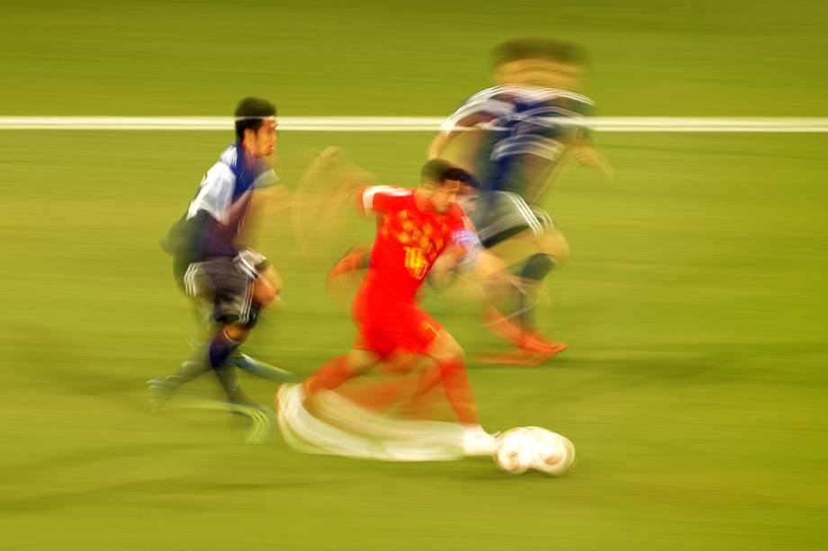 Eden Hazard, da Bélgica, é cercado por jogadores japoneses, durante partida válida pelas oitavas de final da Copa do Mundo, realizada na Arena Rostov - 02/07/2018