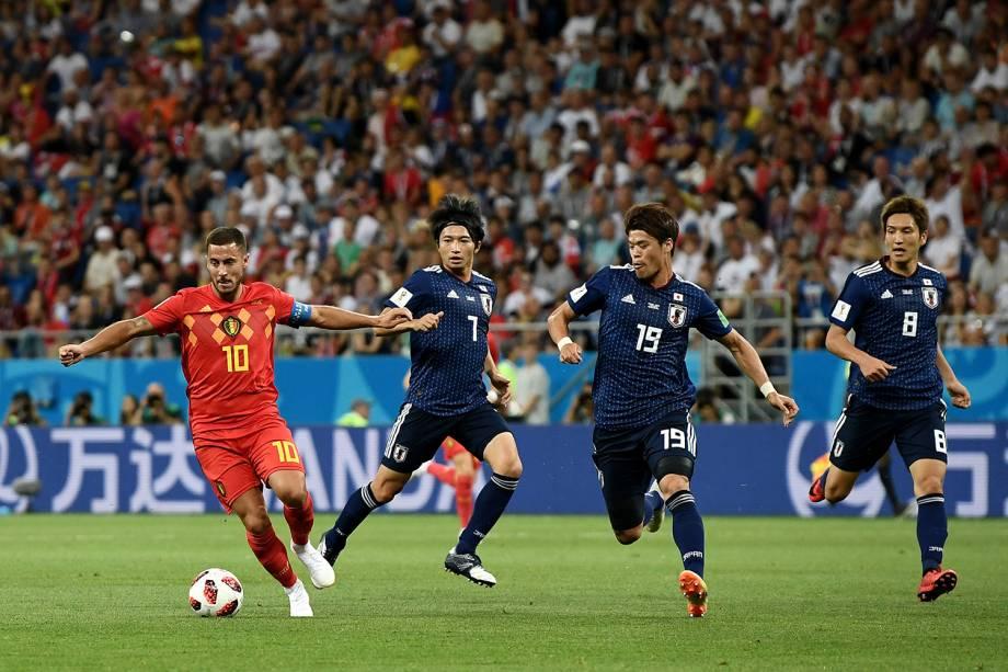 Eden Hazard da Bélgica domina a bola durante marcação de Gaku Shibasaki, Hiroki Sakai e Genki Haraguchi do Japão - 02/07/2018