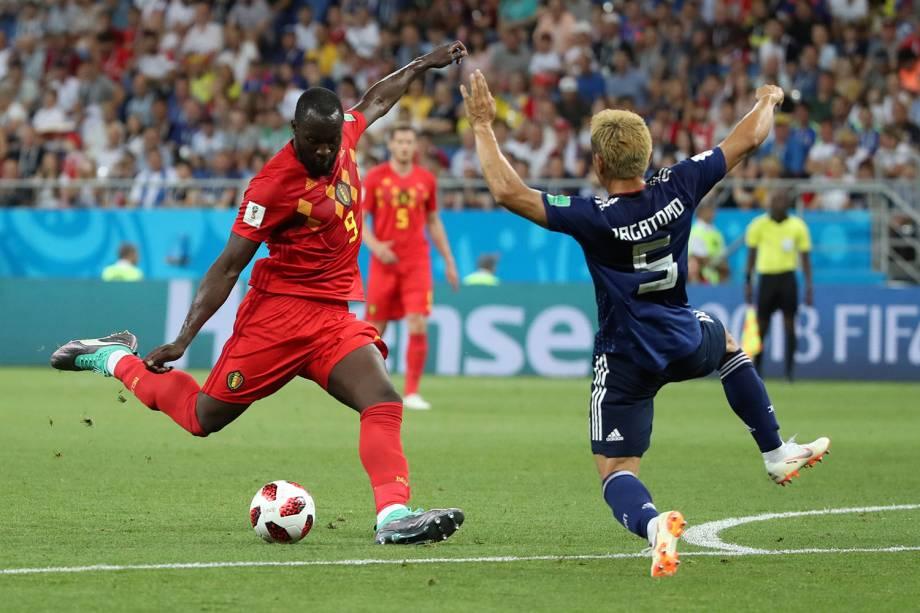 Romelu Lukaku da Bélgica chuta para o gol durante marcação de Yuto Nagatomo do Japão - 02/07/2018