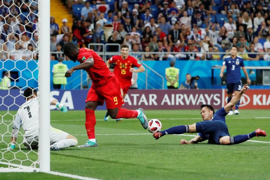 Romelu Lukaku da Bélgica perde oportunidade de marcar após Maya Yoshida desarmar jogada - 02/07/2018