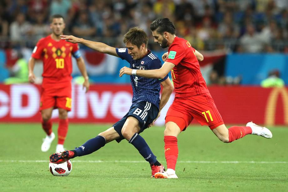 Genki Haraguchi do Japão disputa a posse de bola com Yannick Carrasco da Bélgica - 02/07/2018