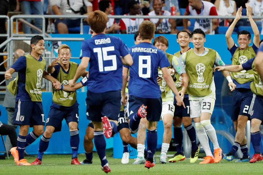 Genki Haraguchi do Japão comemora com companheiros de time primeiro gol em partida contra a Bélgica - 02/07/2018