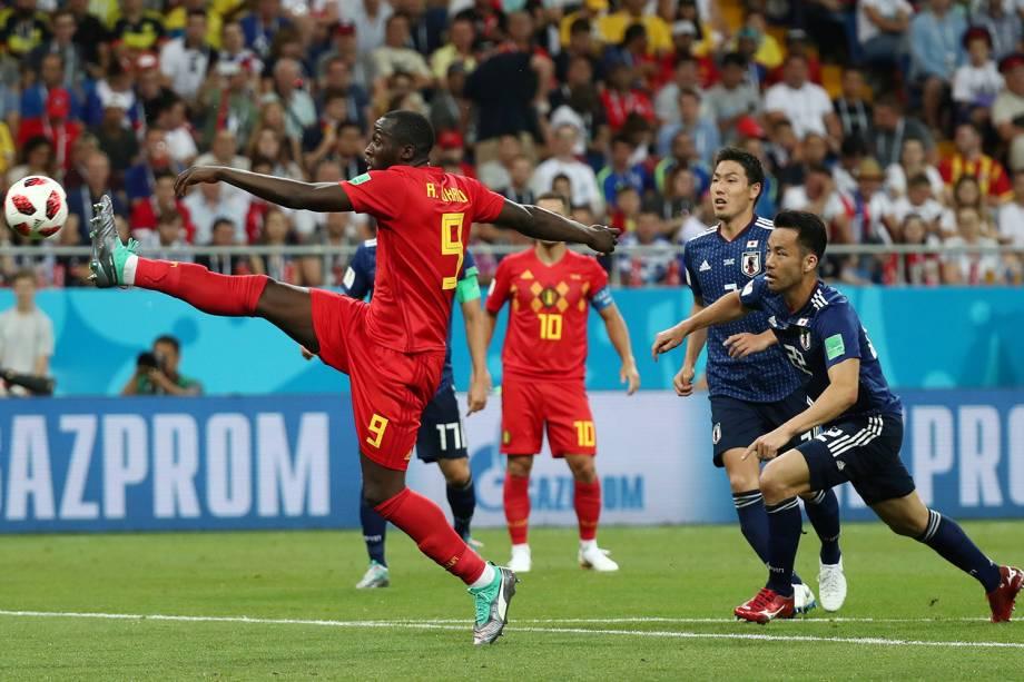 Romelu Lukaku da Bėlgica tenta marcar gol em partida contra o Japão - 02/07/2018