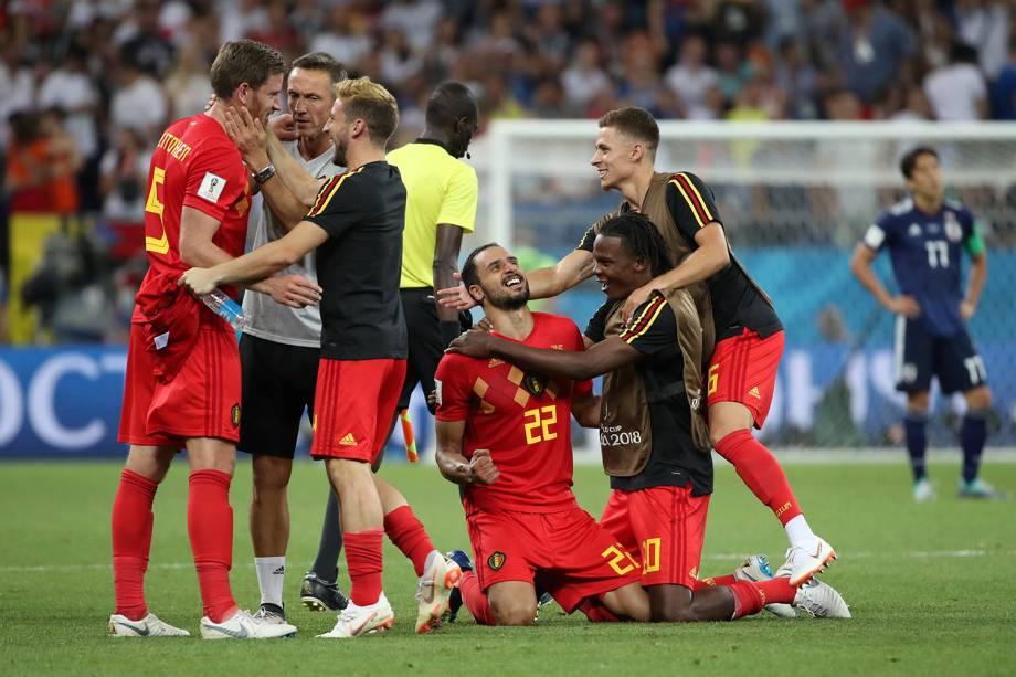 Nacer Chadli comemora vitória contra o Japão com companheiros de time na Arena Rostov - 02/07/2018