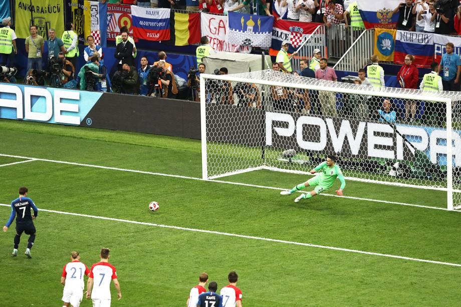 Antoine Griezmann marca de pênalti o segundo gol da França na partida, durante a final da Copa do Mundo contra a Croácia - 15/07/2018