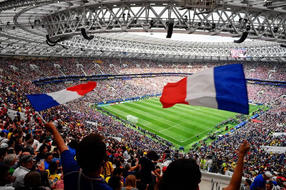 Torcedores franceses carregam bandeiras antes da final entre França e Croácia, válida pela final da Copa do Mundo da Rússia - 15/07/2018