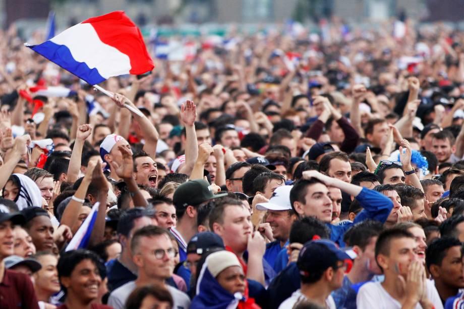 Torcedores assistem partida entre França e Croácia, em Lyon, durante a final da Copa do Mundo - 15/07/2018