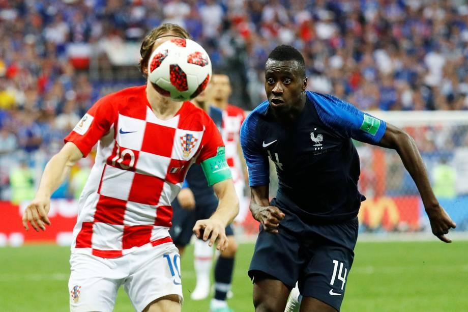 Luka Modric disputa bola com Blaise Matuidi durante partida entre França e Croácia - 15/07/2018