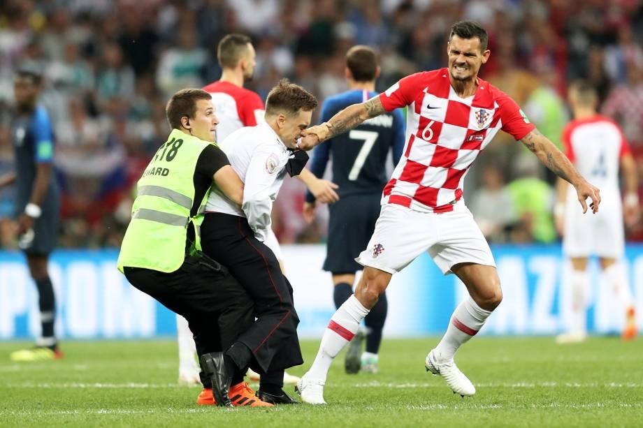 Torcedor invade campo durante partida entre França e Croácia - 15/07/2018