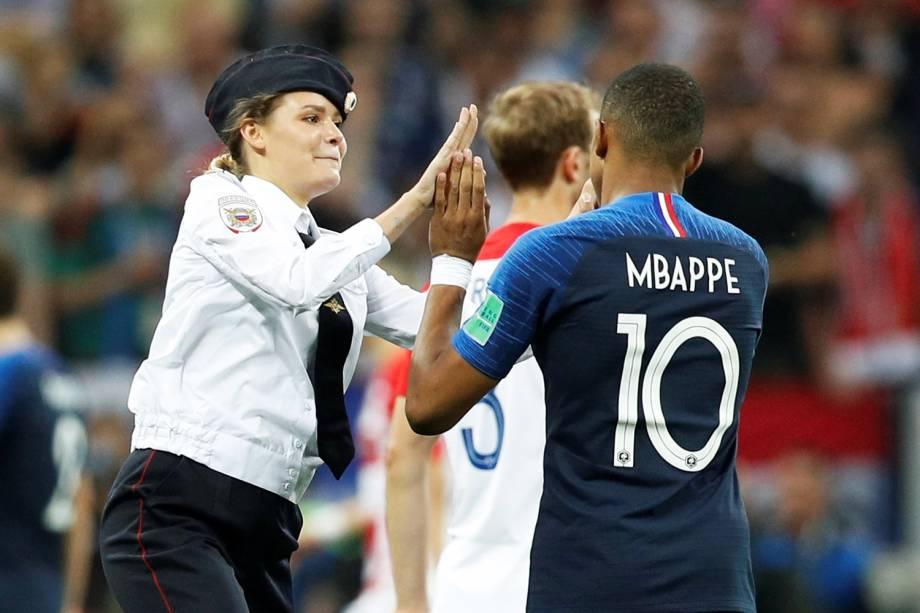Torcedora invade campo e cumprimenta Mbappe durante partida entre França e Croácia - 15/07/2018