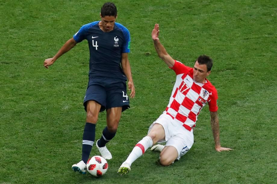 Mario Mandzukic da Croácia tenta roubar a bola de Raphael Varane da França na Final da Copa do Mundo 2018 no Estádio Lujniki - 15/07/2018