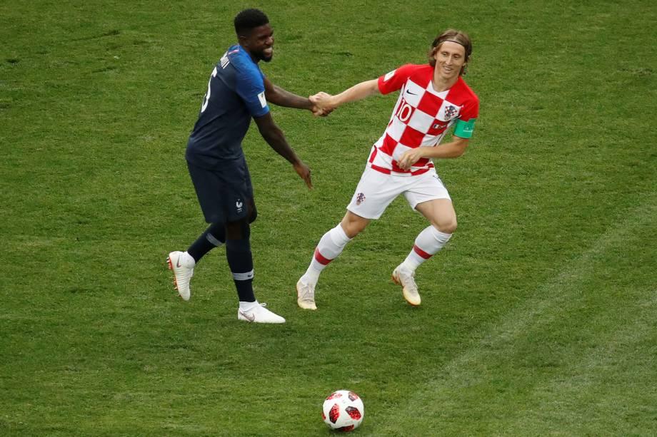 Luka Modric da Croácia segura a mão de Samuel Umtiti da França na Final da Copa do Mundo 2018 no Estádio Lujniki - 15/07/2018