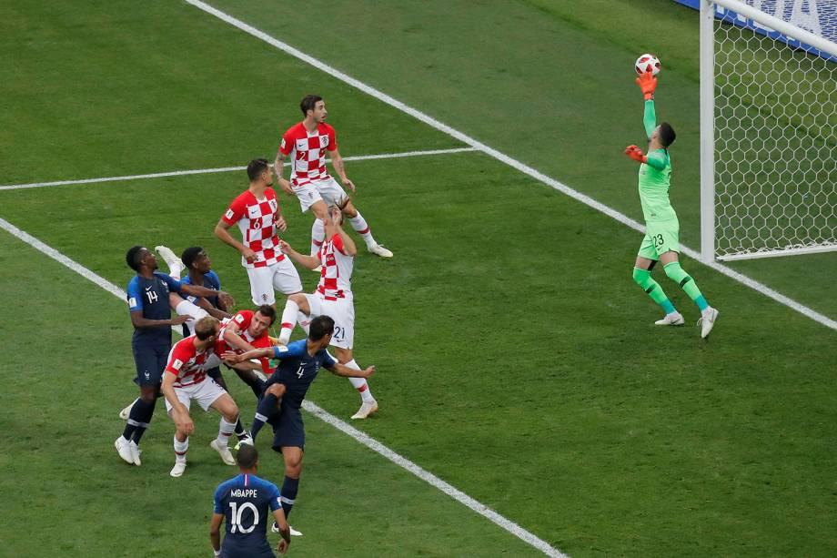 Mario Mandžukić da Croácia marca gol contra para a França no Estádio Lujniki. O primeiro gol contra em uma Final de Copa do Mundo - 15/07/2018