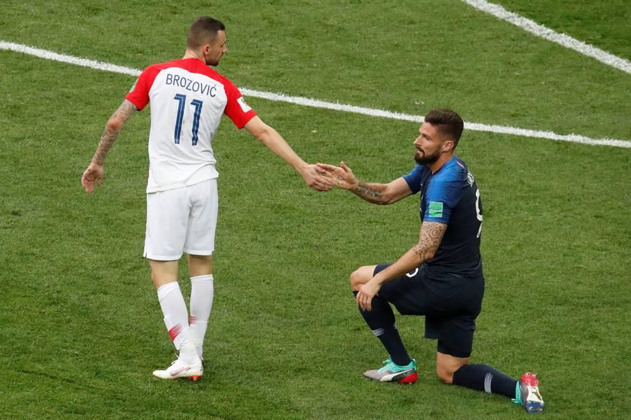 Marcelo Brozovic da Croácia ajuda Olivier Giroud da França a se levantar na Final da Copa do Mundo 2018 no Estádio Lujniki - 15/07/2018