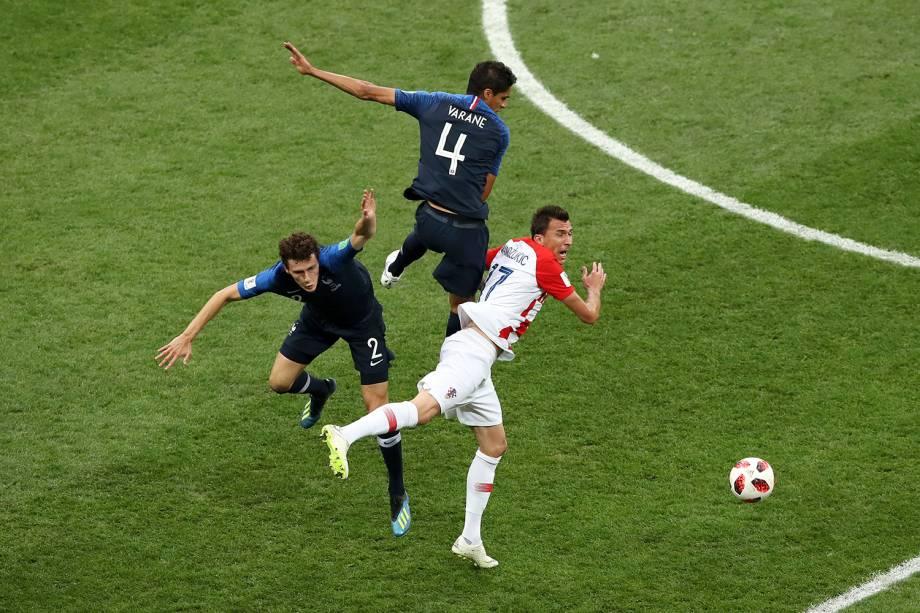 Raphael Varane da França, Mario Mandzukic da Croácia e Benjamin Pavard da França colidem durante jogada na Final da Copa do Mundo 2018 - 15/07/2018