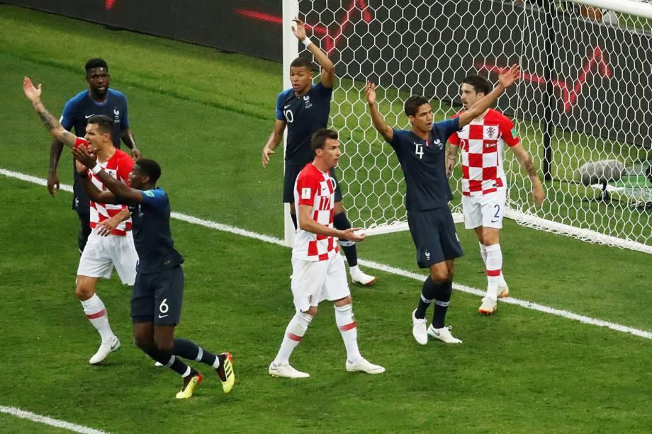 Jogadores da França pedem por pênalti após o jogador croata Ivan Persic (não está na imagem) colocar a mão na bola na área durante partida da Final da Copa do Mundo 2018 - 15/07/2018
