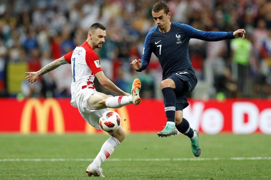 Marcelo Brozovic da Croácia tenta bloquear jogada de Antoine Griezmann da França na Final da Copa do Mundo 2018 - 15/07/2018